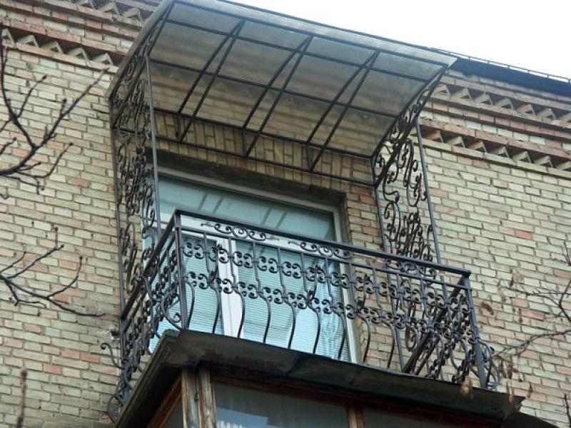 Устройство козырька над балконом при остеклении балкона..